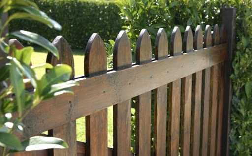 Деревянный забор для дачи — простая инструкция по сооружению своими руками, схемы установки и отделки. Разновидности породы дерева и конструкции забора